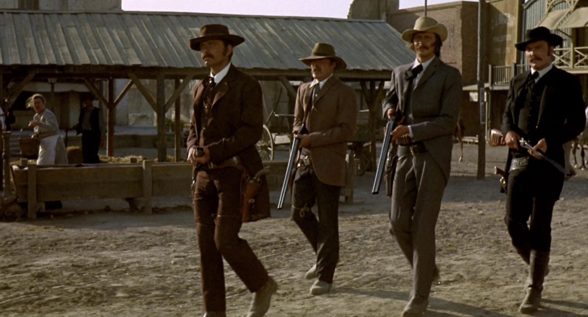 Die Earp-Brüder marschieren gemeinsam mit Doc Holliday schwer bewaffnet durch Tombstone.