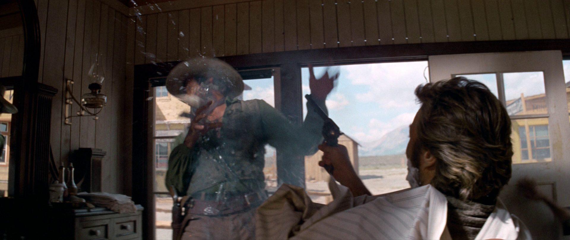 Vom Barbierstuhl aus erschießt Clint Eastwood als namenloser Fremder einen Kontrahenten.