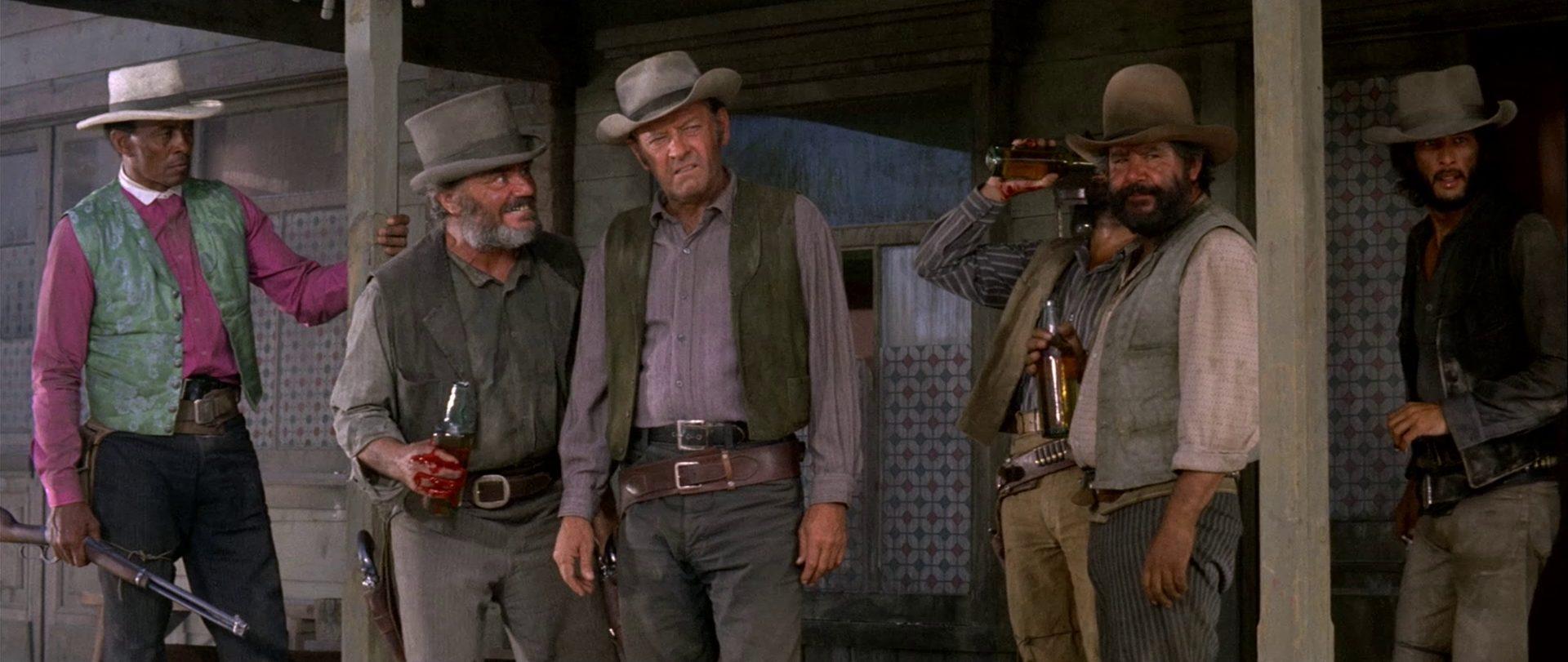 William Holden als John Benedict in Gesellschaft seiner Männer.