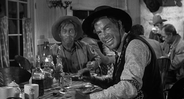 Die grinsende Visage von Liberty Valance am Esstisch eines Diners, gespielt von Lee Marvin.