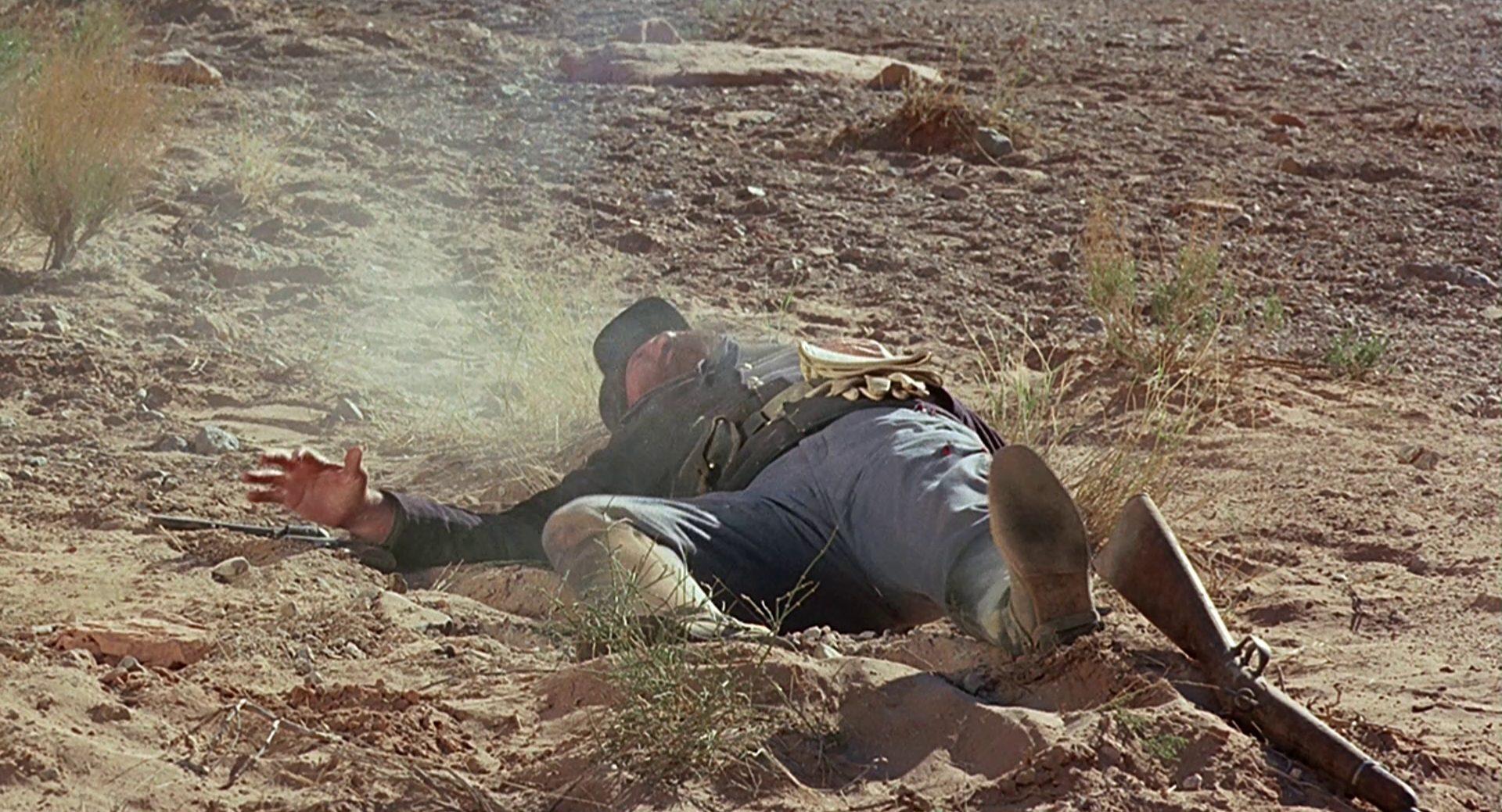 Ein gerade erschossener Kavallerist im Staub.