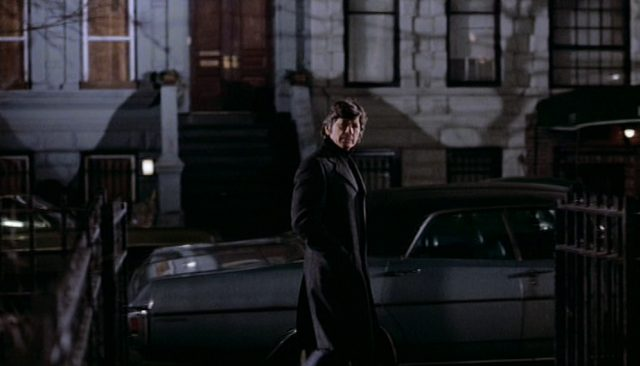 Charles Bronson blickt als Selbstjustizler Kersey beim Abendspaziergang in Richtung Kamera.