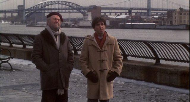 Ein Fotograf und Gilbert an der winterlichen East-River-Promenade.