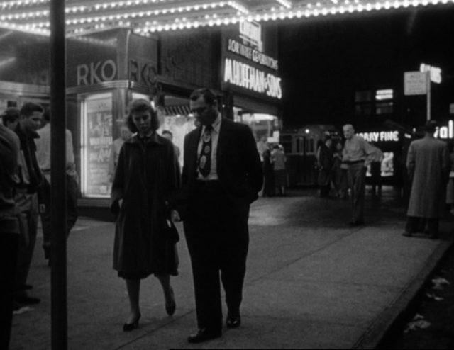 Clara und Marty schlendern durch das betriebsame New Yorker Nachtleben.