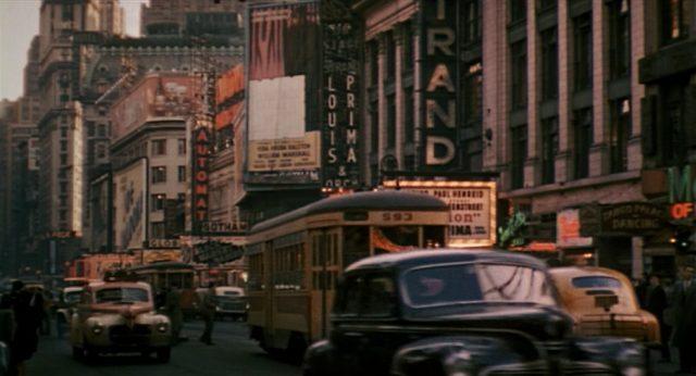 Nostalgischer Blick in eine betriebsame New Yorker Straße der 1940er Jahre.