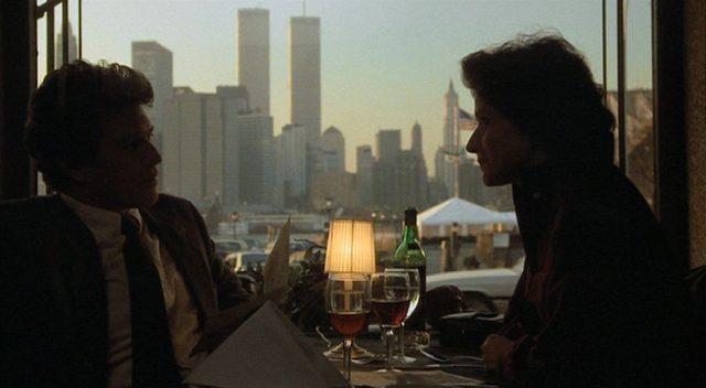 Das Ehepaar Keegan im Gespräch am Restauranttisch, im Hintergrund die Skyline von Manhattan.