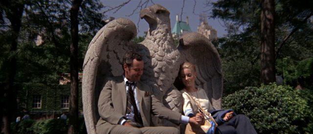 Jack Lemmon und Catherine Deneuve als romantisch versunkenes Liebespaar in den Schwingen eines Steinadlers im Central Park.