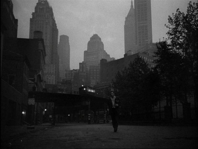 Kirk Douglas als derangierter Jazztrompeter vor der Großstadtkulisse New Yorks.