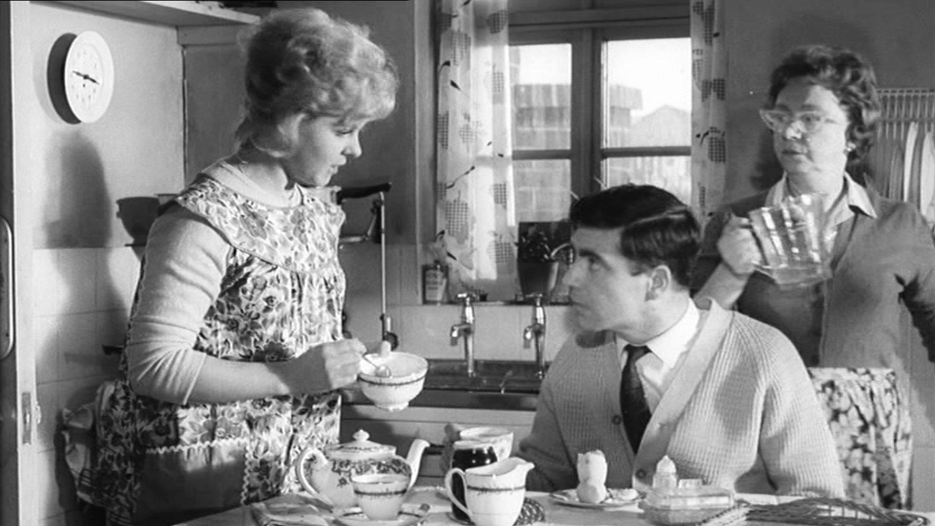 Vic und Ingrid mit Ingrids Mutter beim Frühstück in deren Küche.