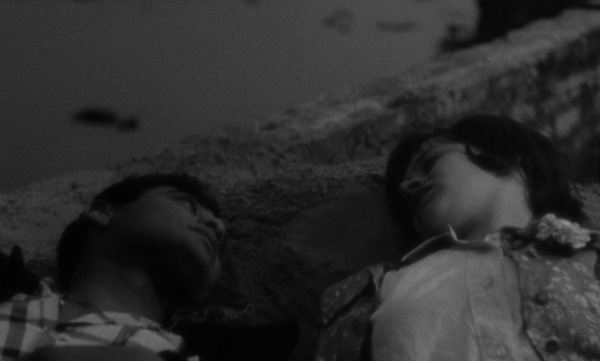 Nahaufnahme einer romantischen Szene mit Paul Danquah als Jimmy und Rita Tushingham als Jo.