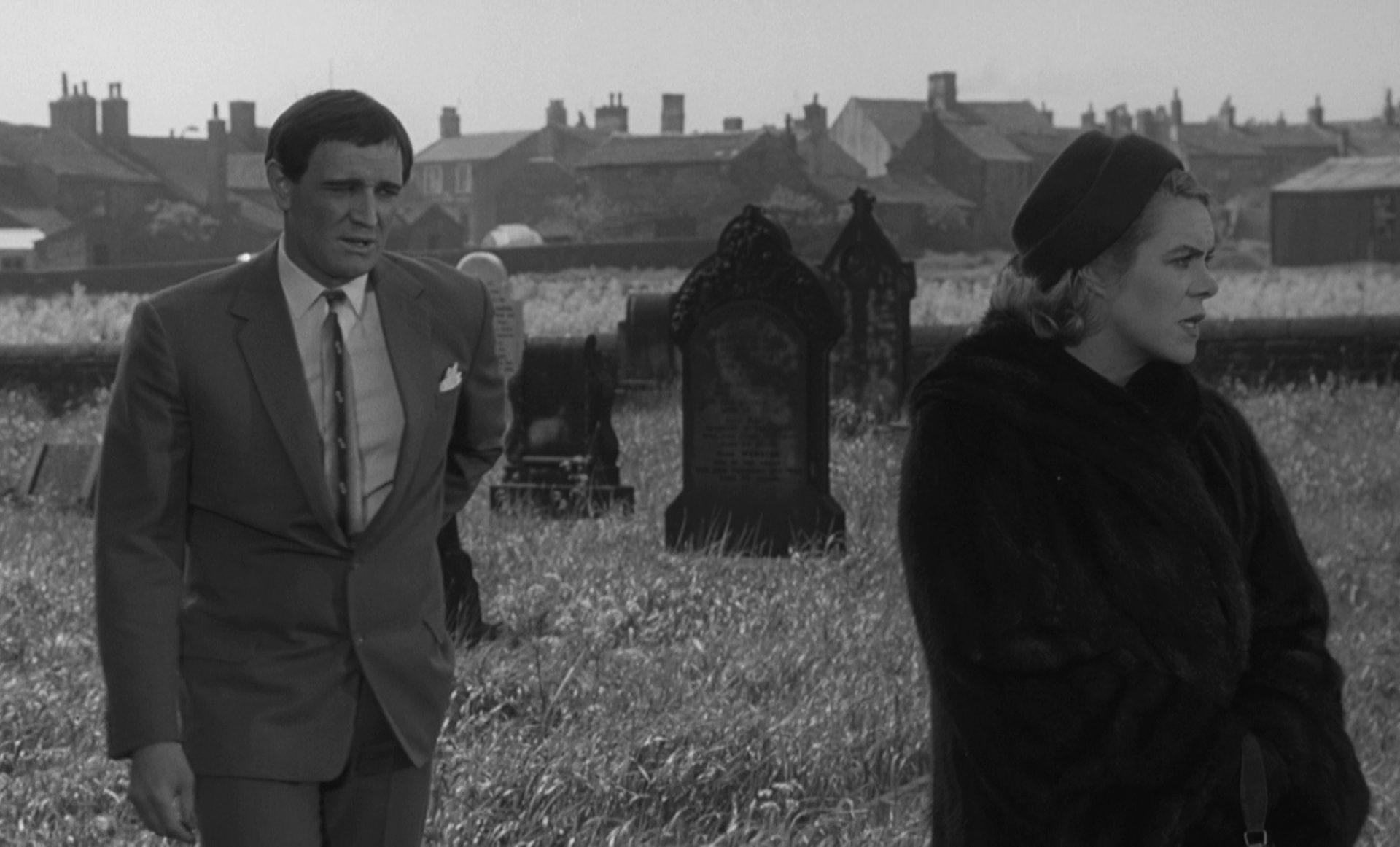 Richard Harris als Frank Machin und Rachel Roberts als Mrs. Hammond im tristen Ambiente eines Friedhofs.