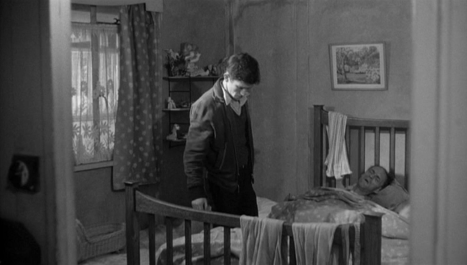 Tom Courtenay als Colin Smith in bedächtiger Pose im Zimmer seines bettlägerigen Vaters.