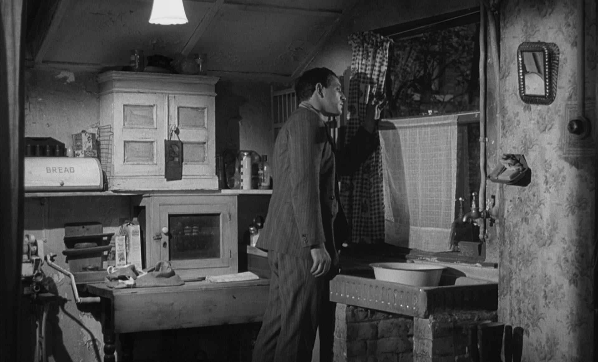 Richard Harris blickt als Frank Machin aus dem Fenster einer armseligen Küche.