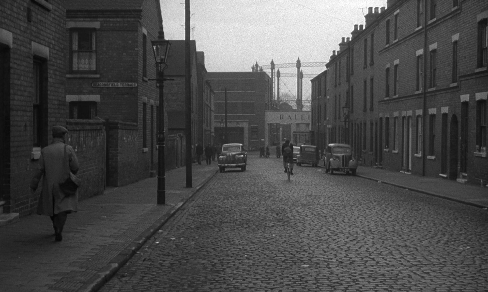 Blick in die triste Straße eines Arbeiterquartiers.