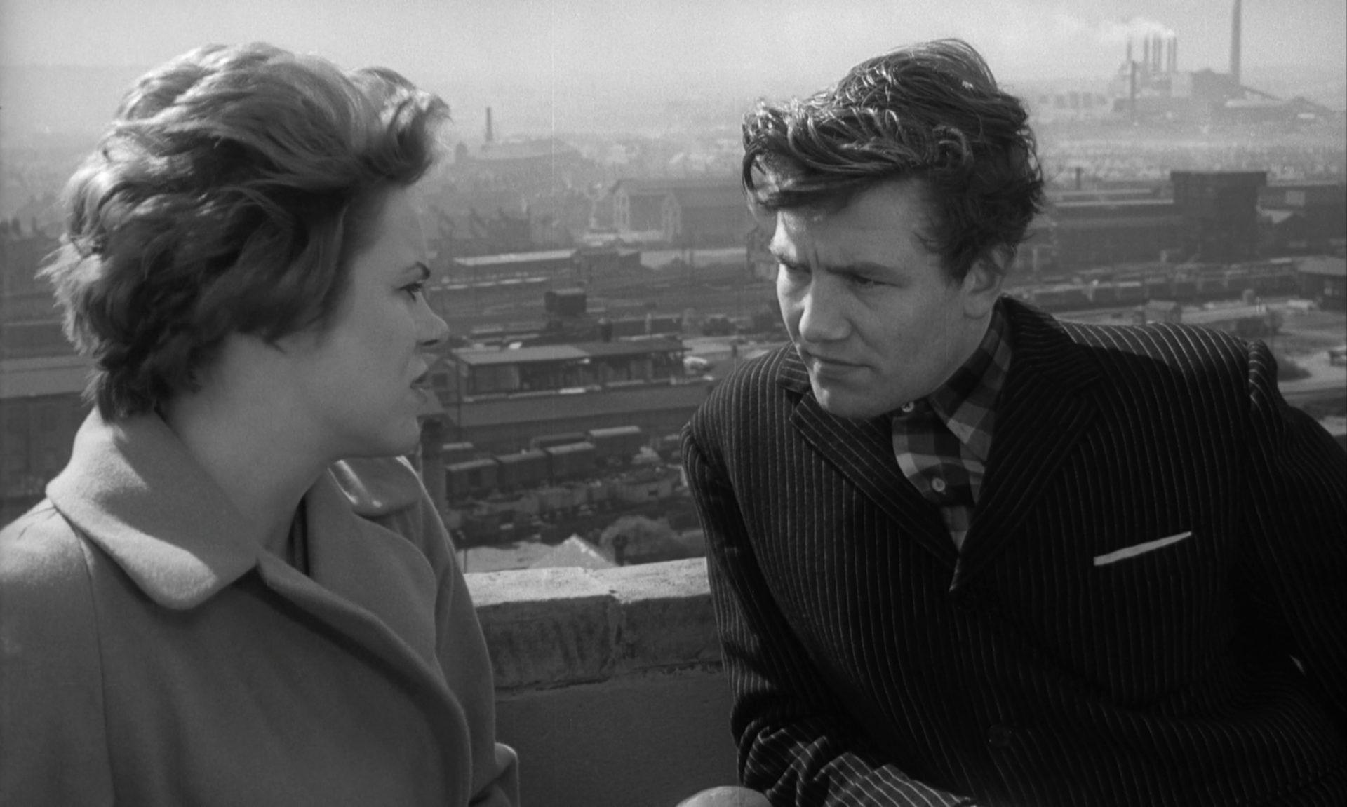 Rachel Roberts als Brenda und Albert Finney als Arthur Seaton im Gespräch vor dem Hintergrund einer Industriestadt.