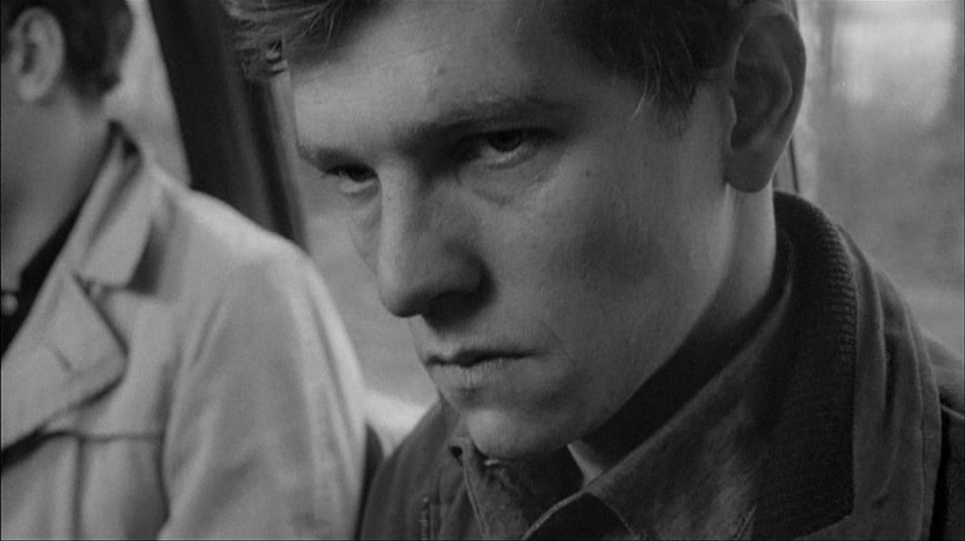 Nahaufnahme von Tom Cortenay als Colin Smith mit zornigem Blick.