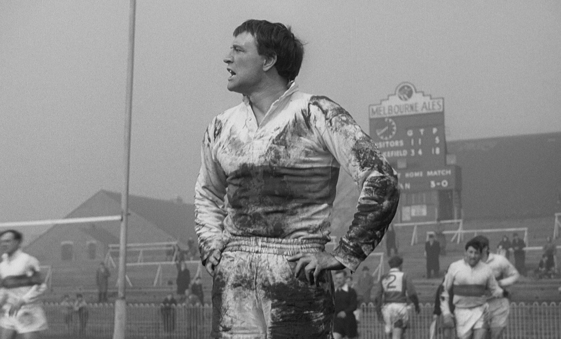 Richard Harris als Frank Machin während einer Rugbypartie mit verschmutztem weißen Trikot.