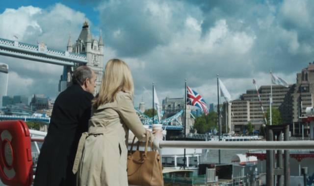 Liz Garvey blickt nahe der Tower Bridge auf die Themse