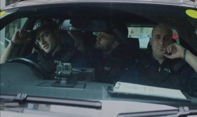 drei Männer vom Specialist Firearms Command in ihrem Dienstfahrzeug