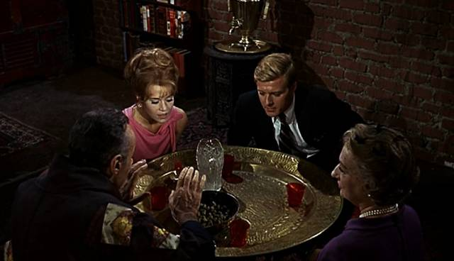 die Bratters mit (Schwieger-)Mutter und Nachbarn beim Knichi-Essen, Copyright: Paramount
