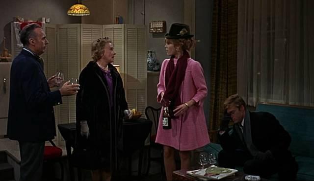 die Bratters mit dem Nachbarn und der (Schwieger-)Mutter abends im Appartement, Copyright: Paramount