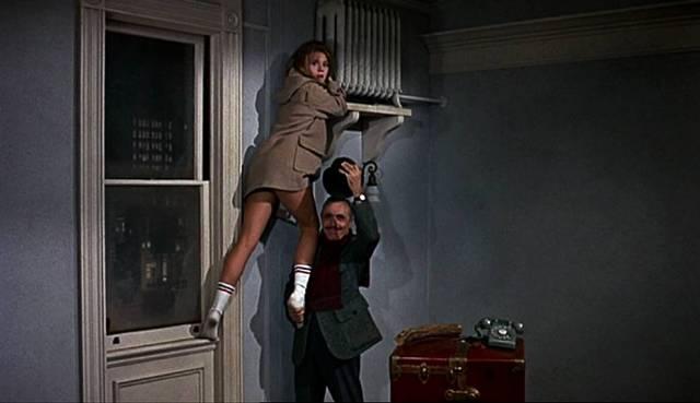 Jane Fonda klettert mithilfe von Charles Boyer zur Heizung