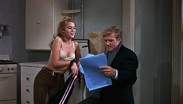 Jane Fonda mit spärlicher Bekleidung und Robert Redford im Mantel