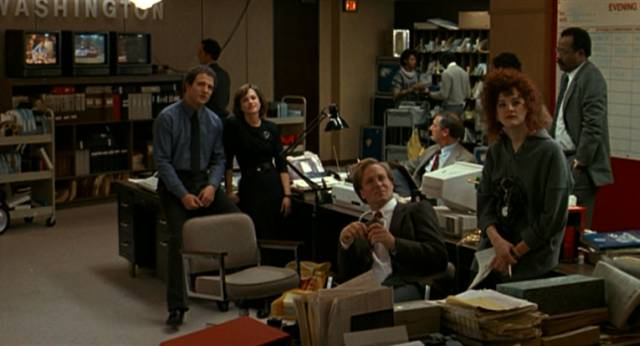 Albert Brooks, Holly Hunter, William Hurt und Joan Cusack im Büro des Nachrichtensenders