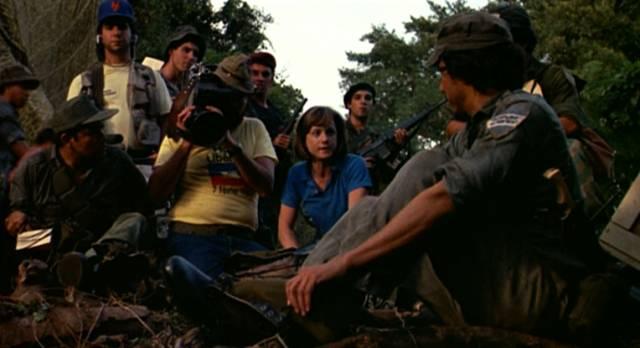 Holly Hunter während einer Auslandsreportage bei Guerilla-Kriegern