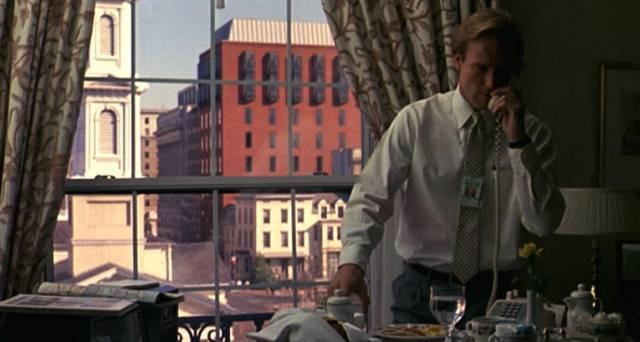 William Hurt telefoniert am Schreibtisch seines Büros