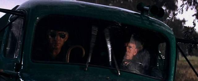 zwei Wachmänner im Truck während des Regens