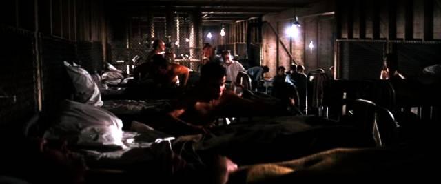 Häftlinge in den Baracken auf dem Weg zur Nachtruhe