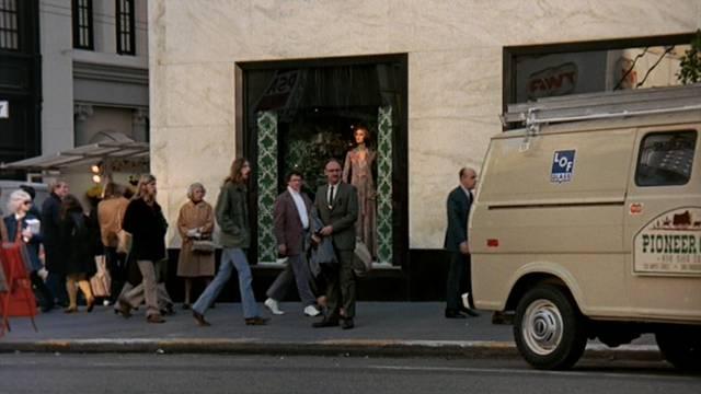 Gene Hackman als Harry Caul vor einer Boutique am Rande des Union Square
