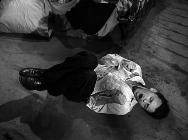 Frank Sinatra als Frankie Machine am Boden beim kalten Entzug