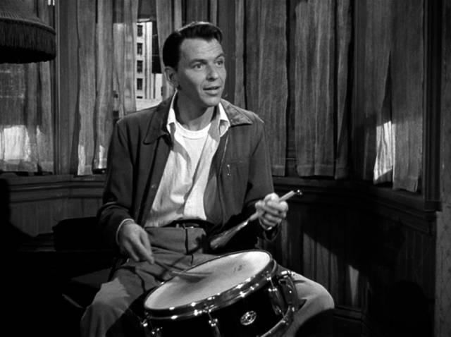 Frank Sinatra übt in seiner Wohnung am Schlagzeug