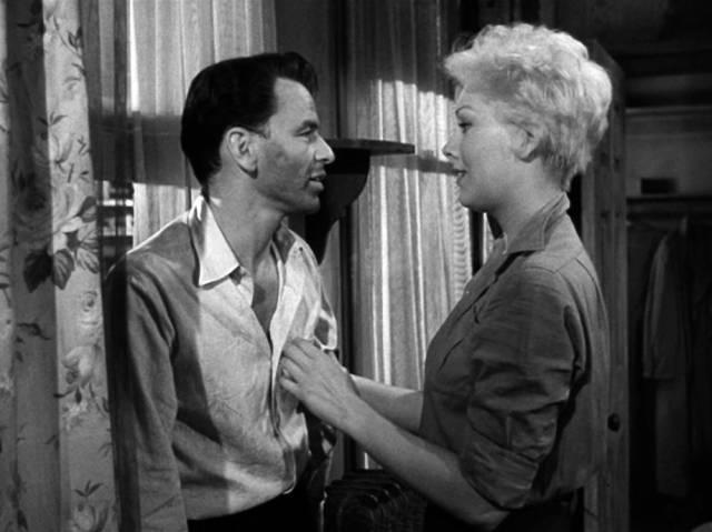 Frank Sinatra und Kim Novak stehen in dem Zimmer, in dem Frankie Machine seinen kalten Entzug durchlebt, Copyright: Carlyle Productions