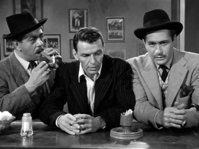 Robert Strauss, Frank Sinatra und Darren McGavin an der Theke einer Bar