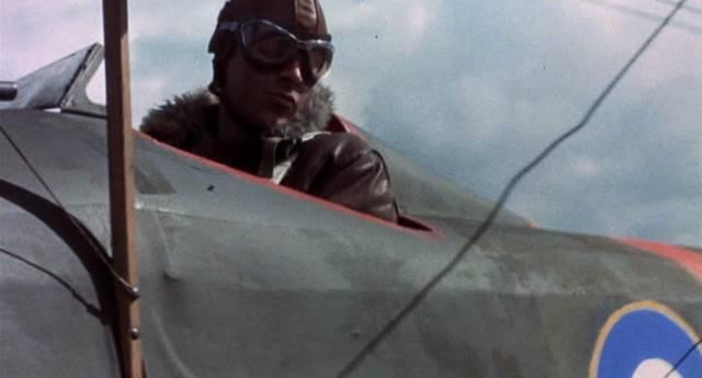 ein britischer Pilot blickt während des Flugs aus dem Cockpit seiner Maschine, Copyright: MGM