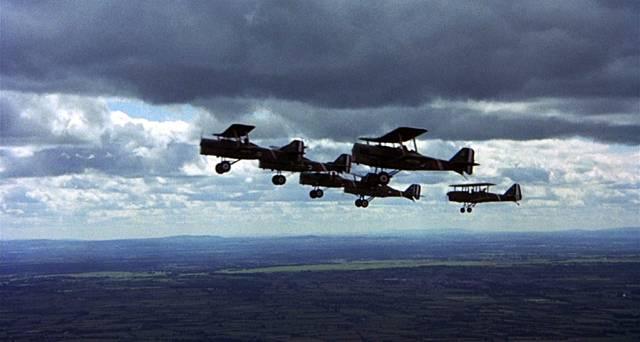 eine britische Staffel im Formationsflug, Copyright: MGM