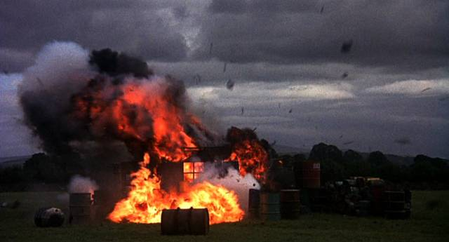 eine explodierende Baracke während eines Luftangriffs auf ein Flugfeld, Copyright: MGM