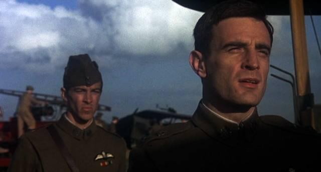 zwei britische Offiziere auf dem Flugfeld, Copyright: MGM