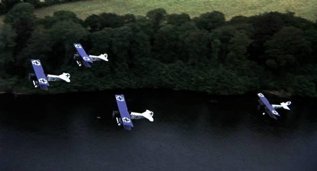 eine deutsche Staffel überfliegt in Formation einen Fluss, Copyright: MGM