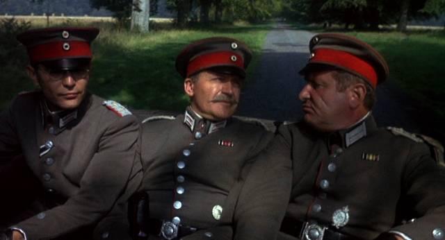 deutsche Offiziere unterhalten sich auf der Rückbank einer offenen Limousine, Copyright: MGM