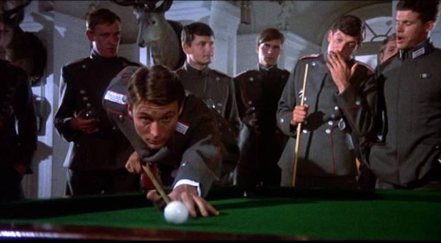John Phillip Law als Manfred von Richthofen am Billardtisch in der deutschen Offiziersmesse, Copyright: MGM