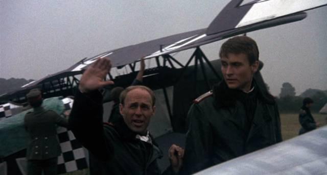 Boelcke erklärt Richthofen die Grundlagen des Luftkampfs, Copyright: MGM