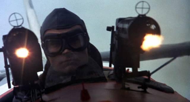 Richthofen im Cockpit mit feuernden Maschinengewehren, Copyright: MGM