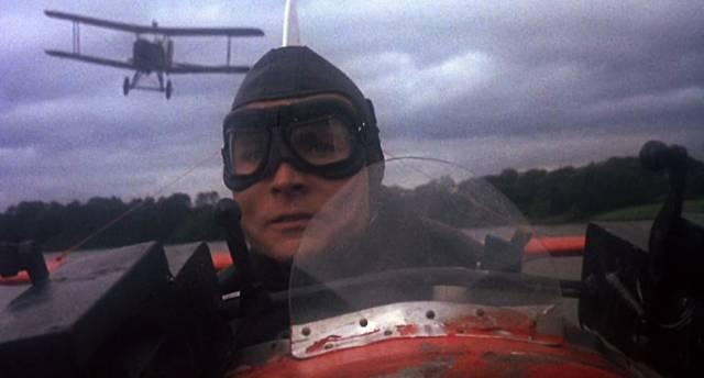 Richthofen in seinem Cockpit im Tiefflug mit einer Feindmaschine im Rücken, Copyright: MGM