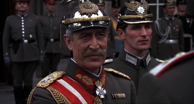 der deutsche Kaiser Wilhelm II. bei einer Ordensverleihung, Copyright: MGM