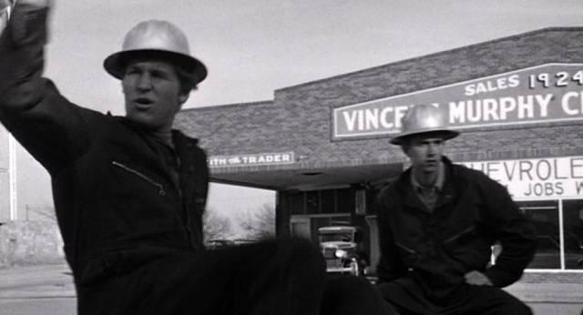 Jeff Bridges vor einem Autohandel
