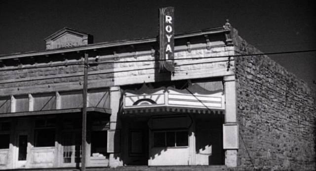 das Kinogebäude im Film